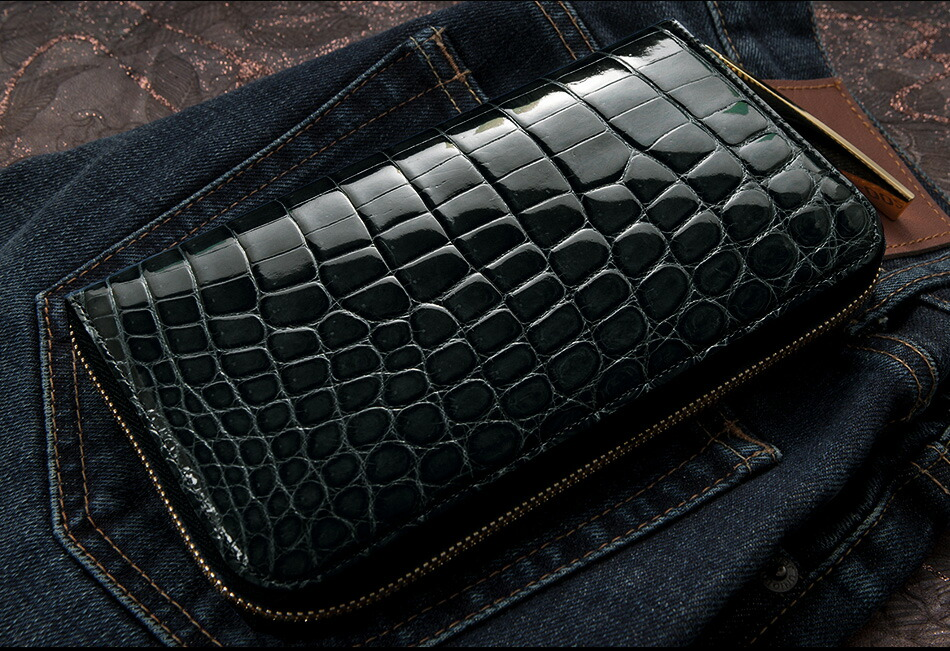 クロコ財布のように、ワイルド×ラグジュアリーを兼ね備える財布も、格好良くてオススメです。牛革の財布でシックな大人らしさを演出するのも、いいですよね。