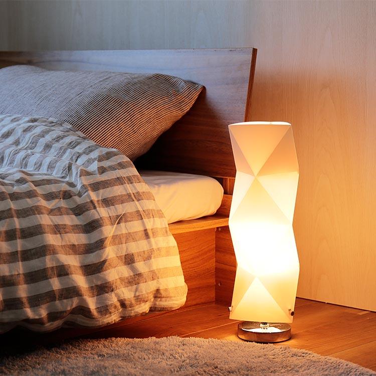 秋や冬に寝室をやわらかく包む、アンティークのスタンドライト