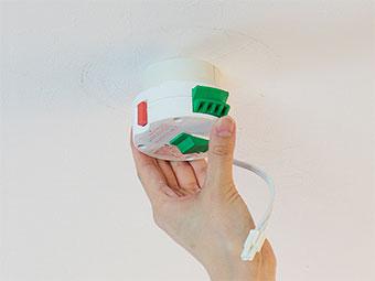 天井電源にワンタッチアダプターをカチッとなるまで回し取り付けます。