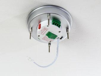 次に取り付け金具を付けます。天井電源の高さに応じて緑の尾錠で調節します。