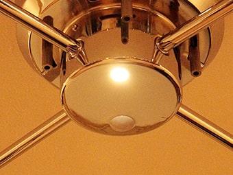 フランジカバーの底面にはセンサーと常夜灯が付いています