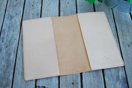 革の裏面は磨き  処理したバックスキンのままになります。