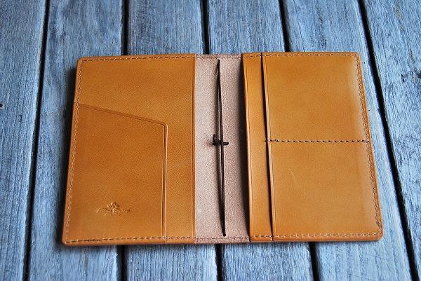 内面仕様:左右にトラベラーズノートの表紙が挟める大ポケットとチケットホルダー、カードポケット2室を付けました。