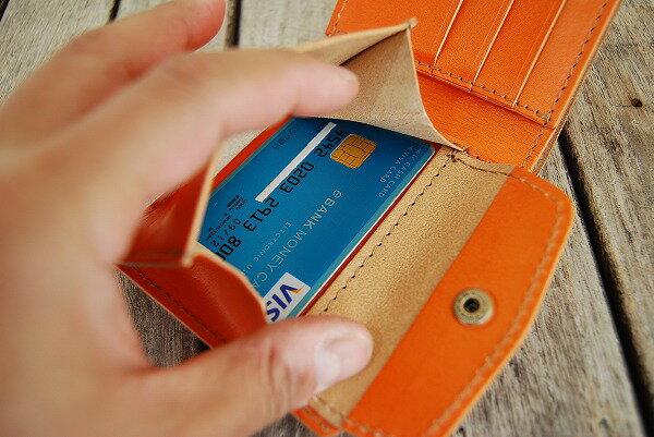 小銭入れは横幅が広いのでカードも横向きに収納できます。