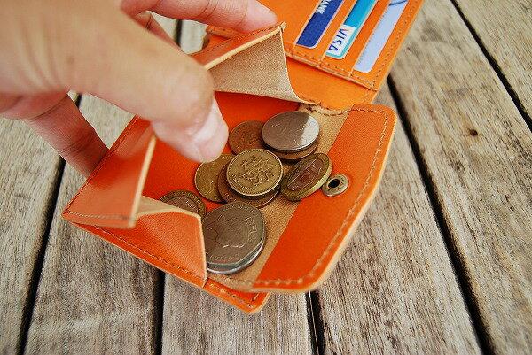 スナップボタン式の小銭入れはマチが大きく取り出し易い構造。