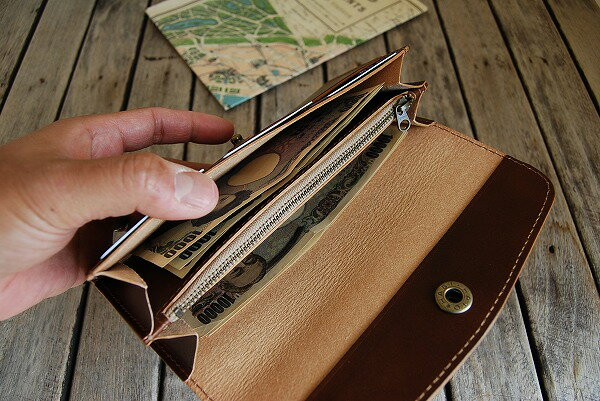 横幅に余裕があるのでお札がスッキリ収まります。