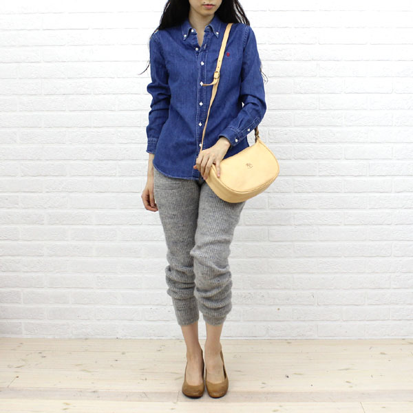 Wearing image of IL BISONTE( イルビゾンテ) leather half moon type shoulder bag (S) .5412300411