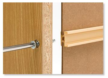 裏側を接合しながら側板を固定します。本体の強度が向上します。