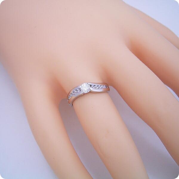 緻密な計算で作られた婚約指輪