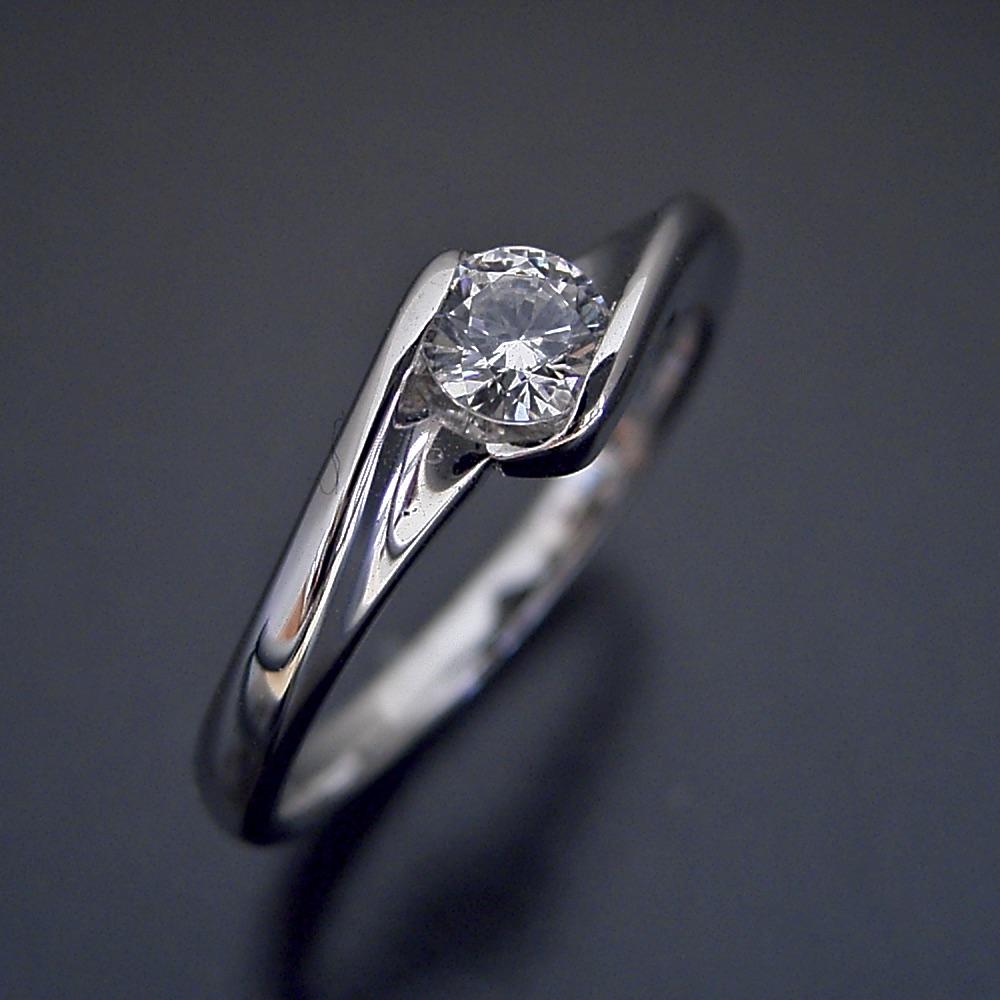 流れるようなラインの伏せこみタイプの婚約指輪