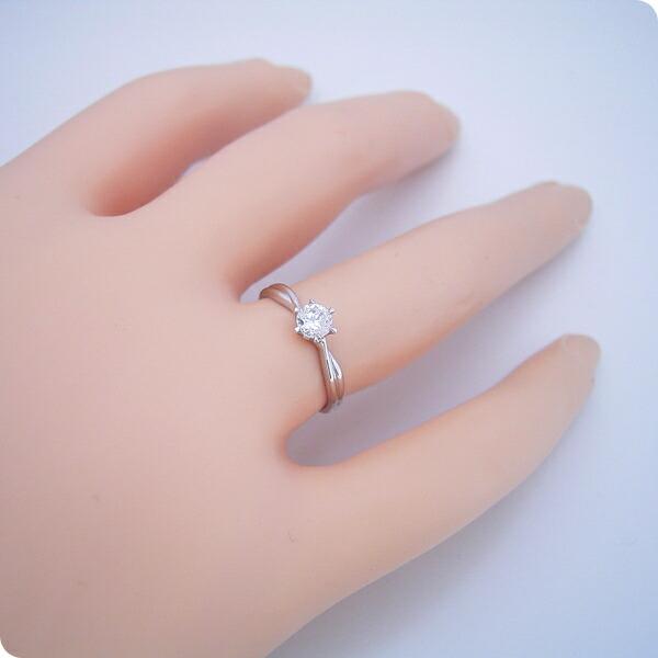 シンプルにデザインされている婚約指輪