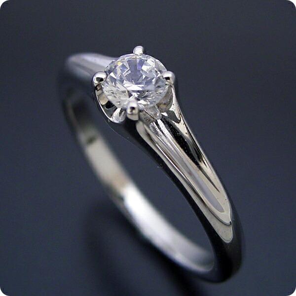 隠れた4本爪デザインの婚約指輪