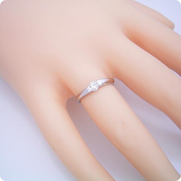 もの凄くスタイリッシュなデザインの婚約指輪
