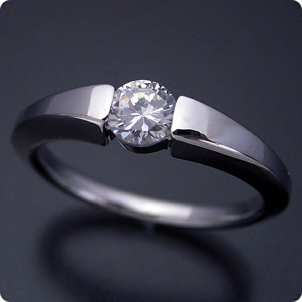スッキリとスタイリッシュな婚約指輪