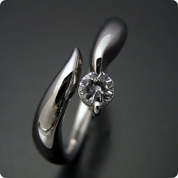 柔らかいラインでシンプルなデザインの婚約指輪