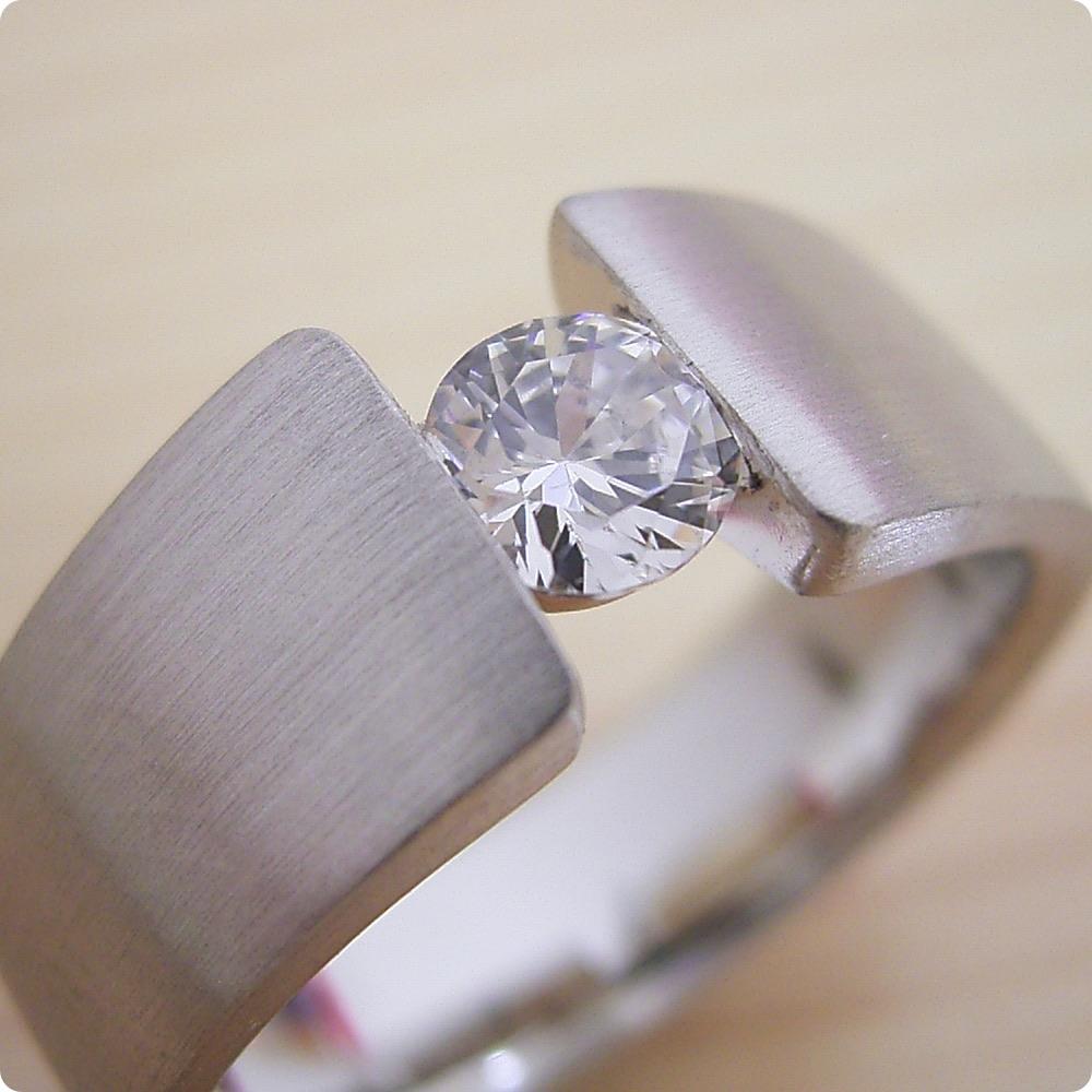 MacBookモチーフのワイドなアームの婚約指輪