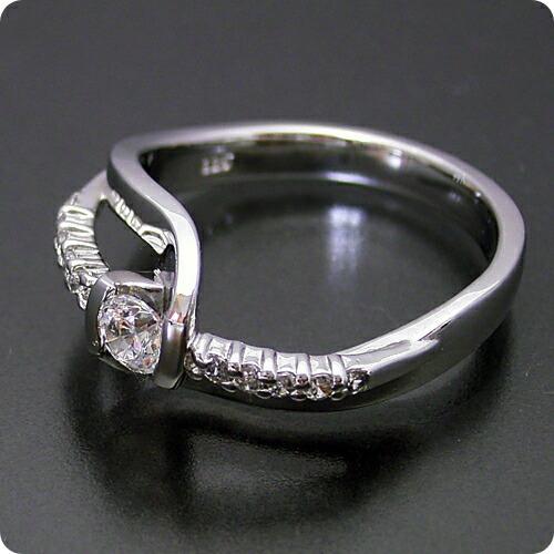 色々な角度から眺めたくなる婚約指輪