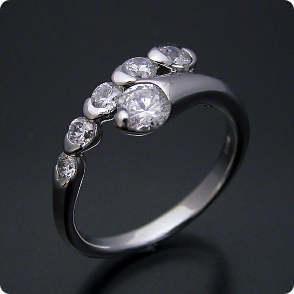 美しく豪華な婚約指輪