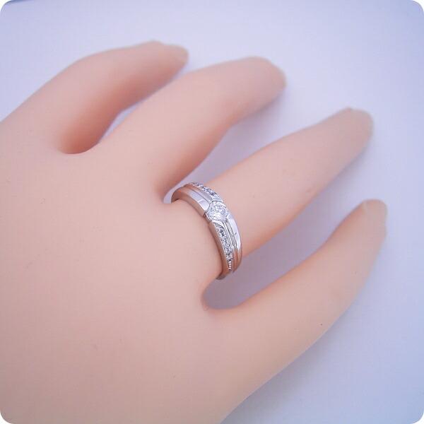 シンプルなデザインに控えめなダイヤモンドが上品な婚約指輪