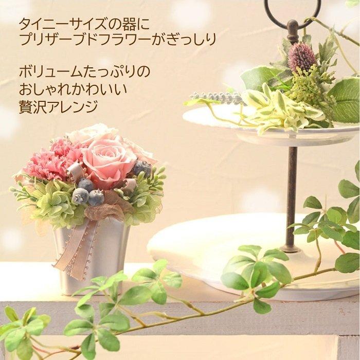 シンプルな花器が人気です。プリザーブドフラワーのバラがたくさん入っています。