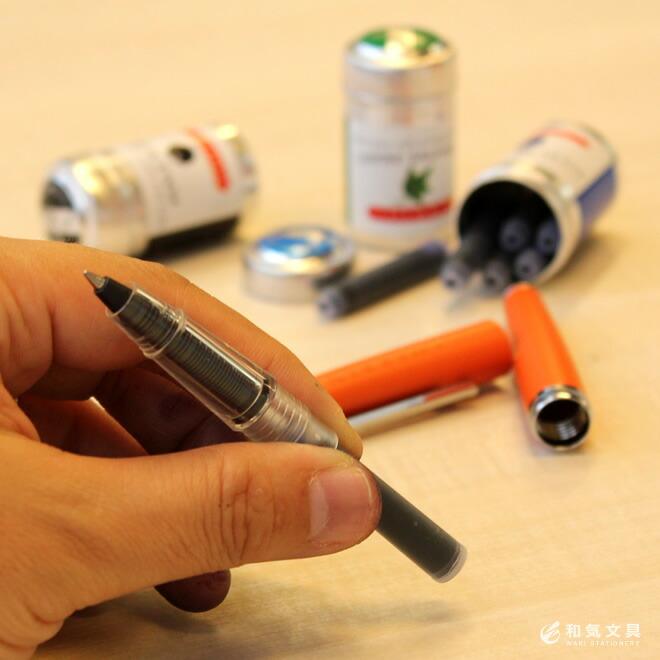 カートリッジを差し替えるだけ。手軽な価格で豊富なインク色を気軽に楽しめるボールペン