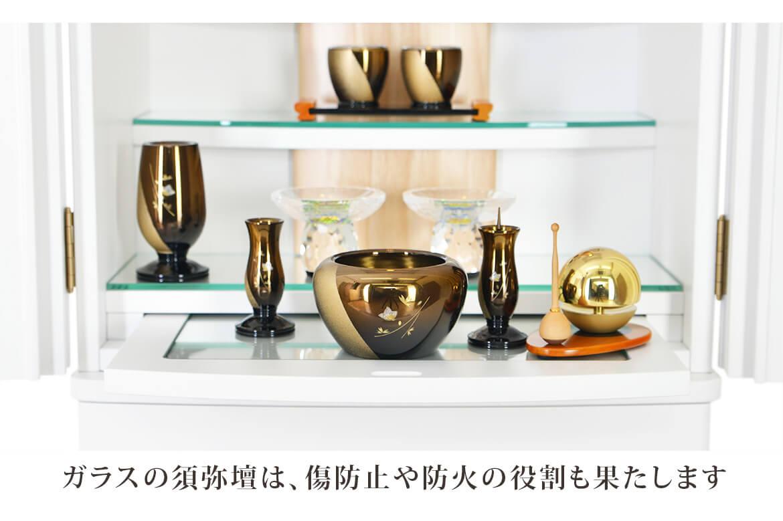 ガラスの須弥壇は傷の防止や防火の役割も果たします