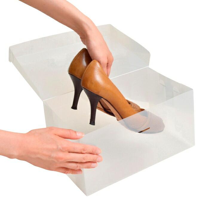 上を開けて出し入れするタイプです。重ねたまま靴が取り出せるフレーム付きもあります。