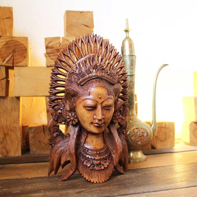 バリ島の女性を型どった木彫りのオブジェ