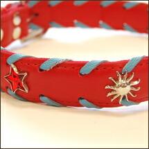 赤と青の組み合わせとキラリと光る装飾でエレガンスさも!