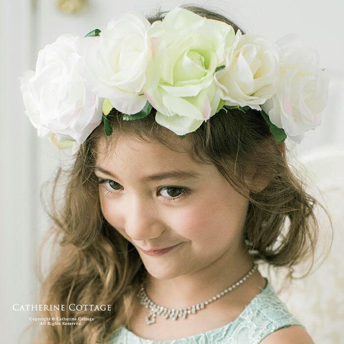 花かんむりを付けた女の子