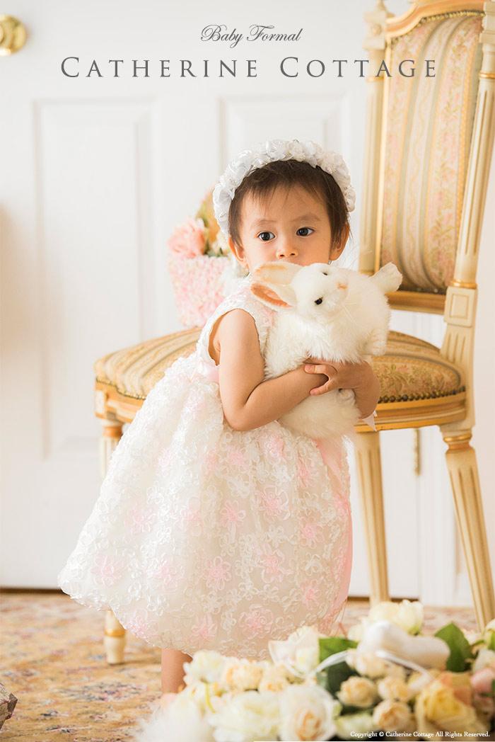 ベビードレスを着た赤ちゃん