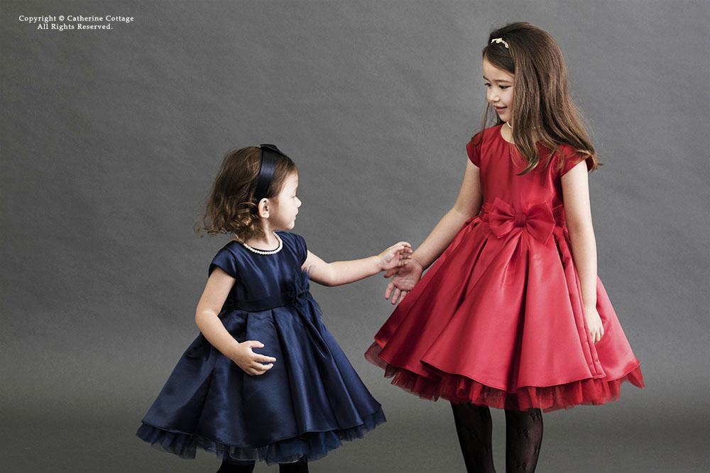 ドレスを着た姉妹
