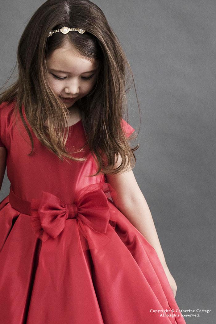 赤いキッズドレスを着た女の子