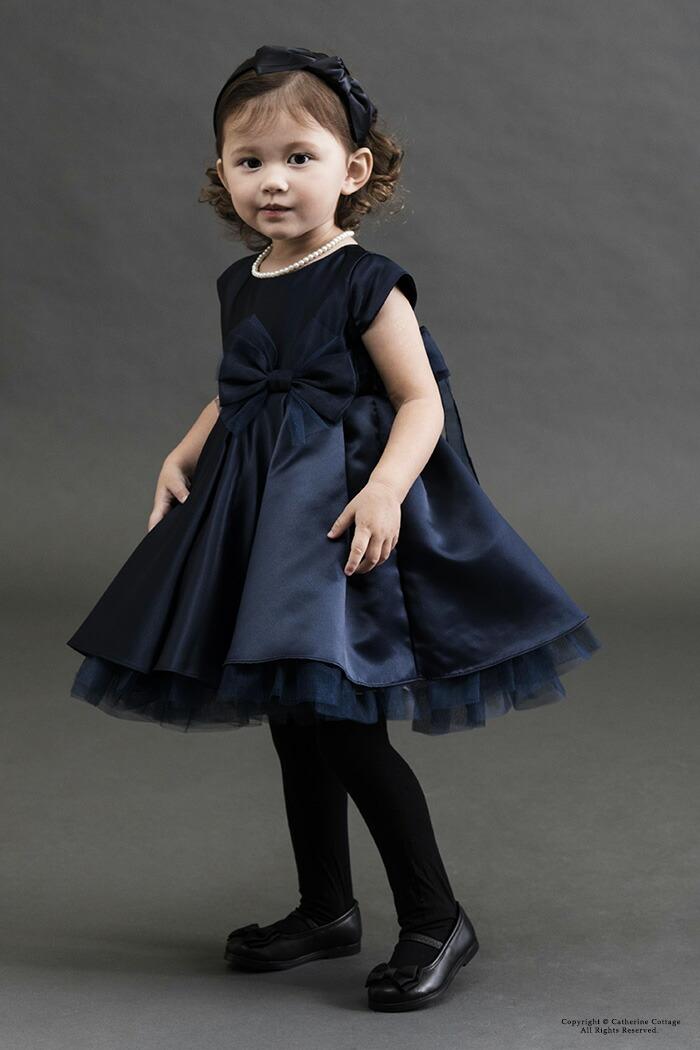 紺色のドレスを着た女の子