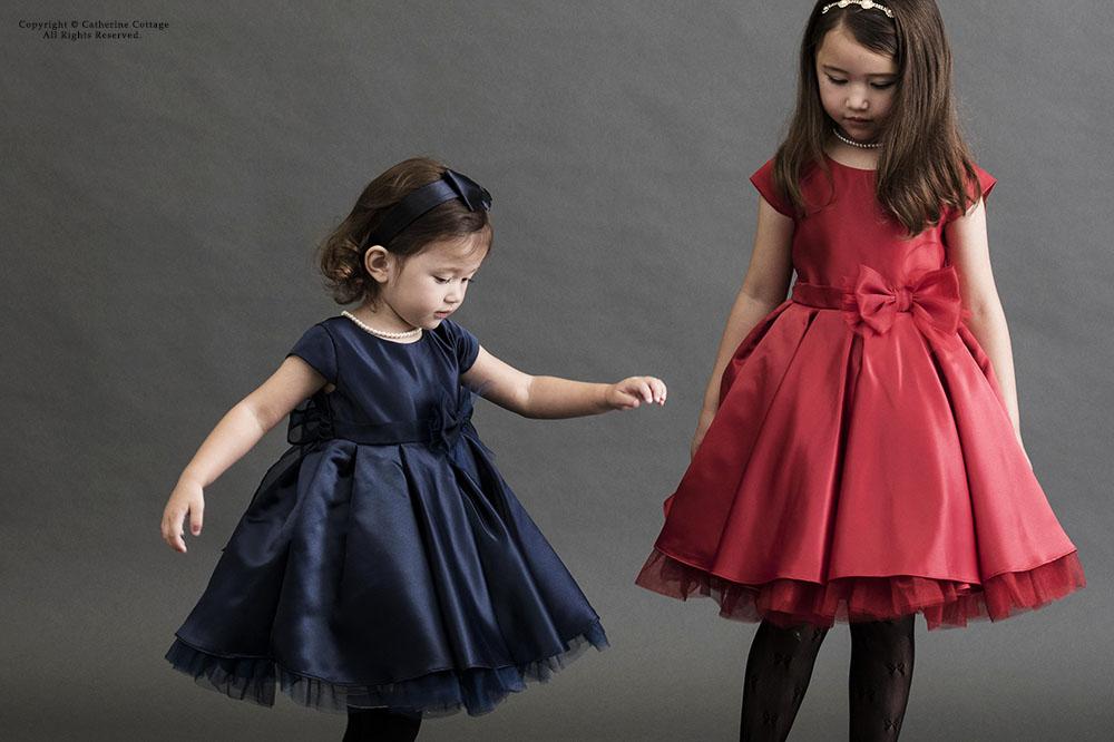 色違いのフォーマルドレスを着た姉妹