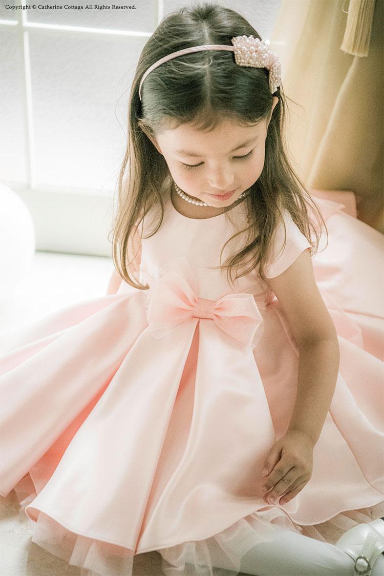 ベビードレスを着た女の子