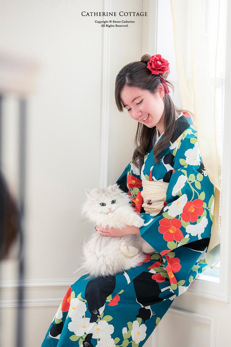 レトロな浴衣を着た女の子と猫