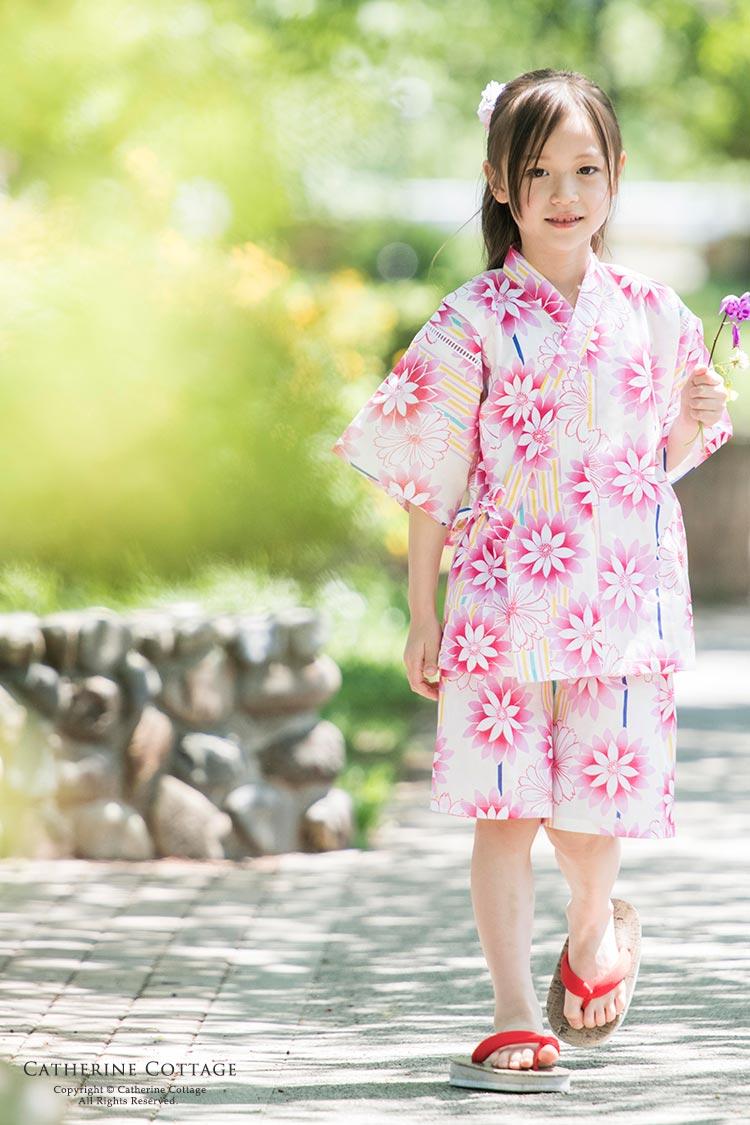 花柄の甚平を着た女の子