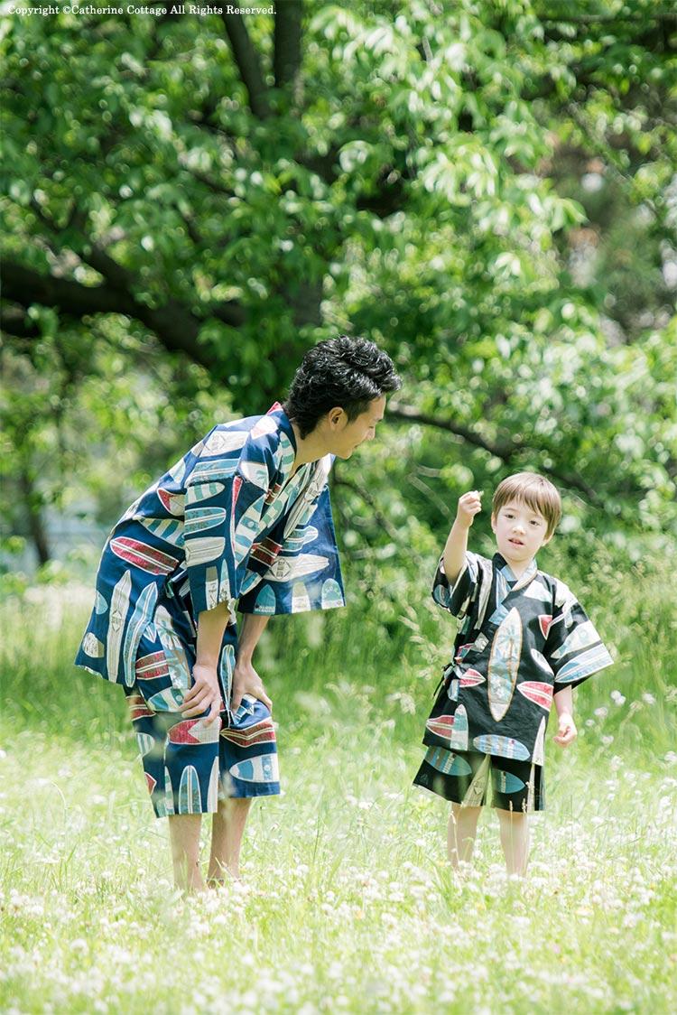 おそろいの甚平を着たパパと男の子