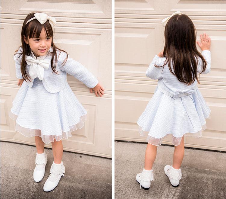 子供用アンサンブルスーツを着た女の子