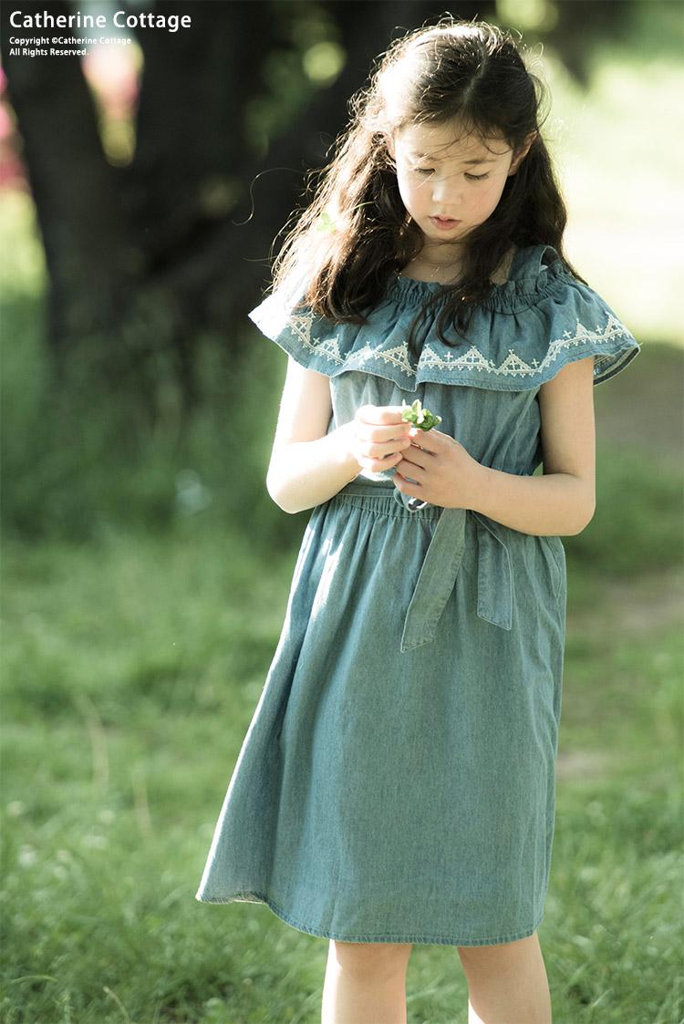 夏物ワンピースを着た女の子