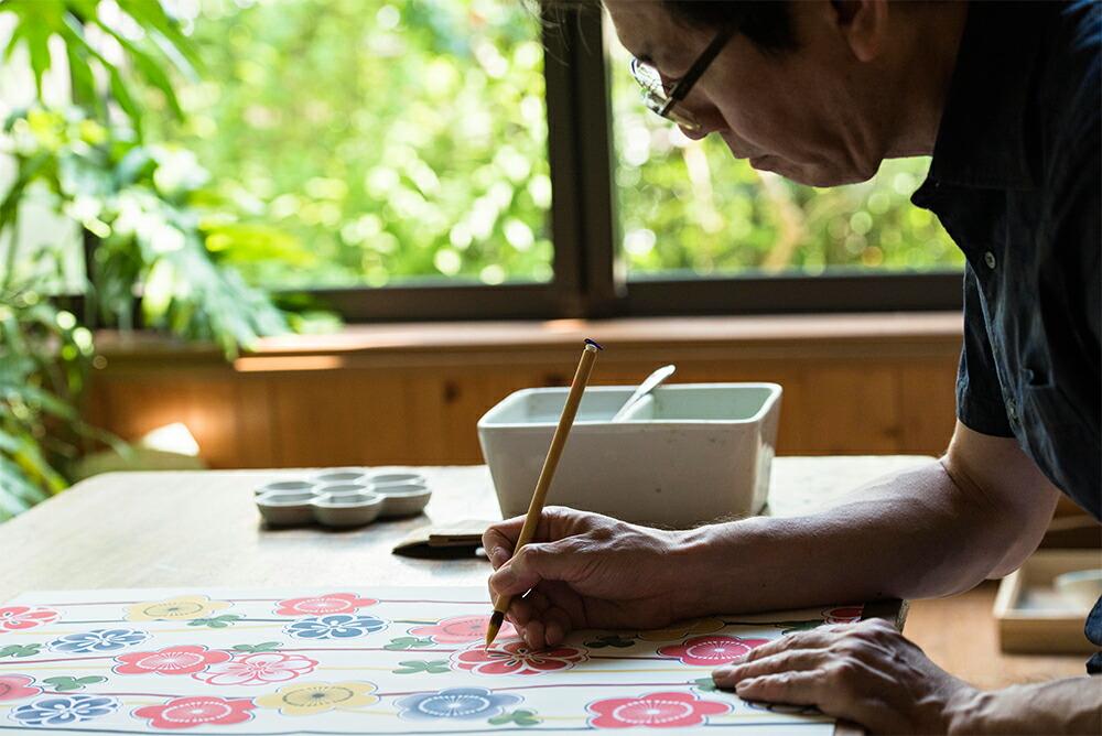 浴衣の柄を描く京都の職人