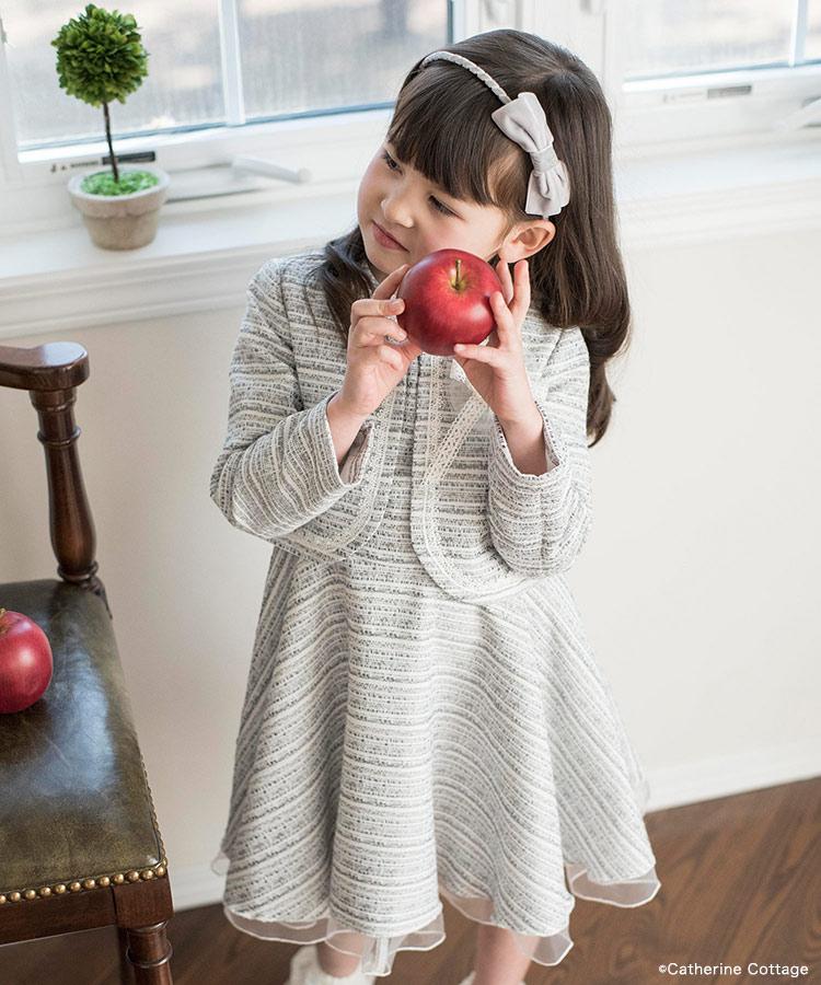 ジャンパースカートとボレロを着た女の子