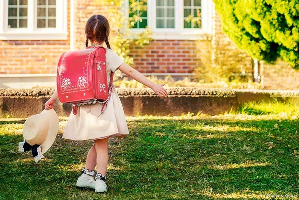 アリスランドセル リボンデイジーを背負った女の子