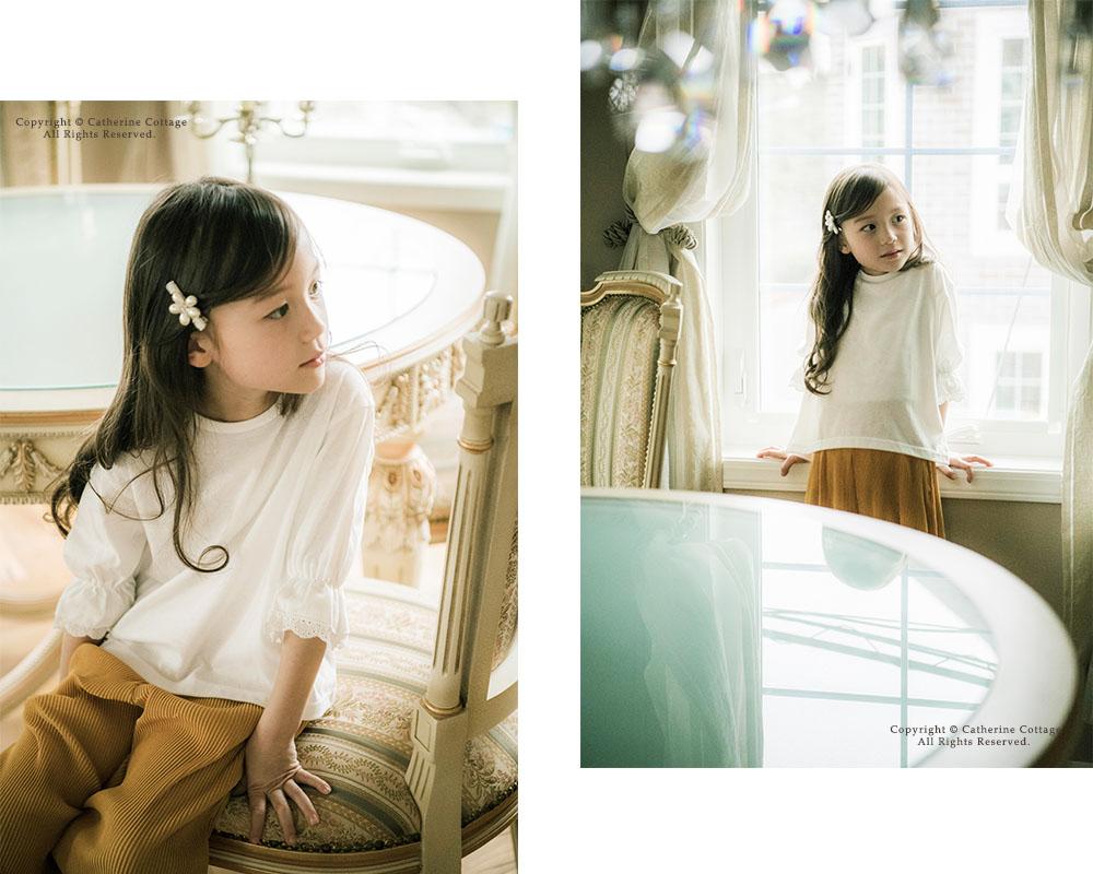 パフスリーブの白いブラウスを着た女の子