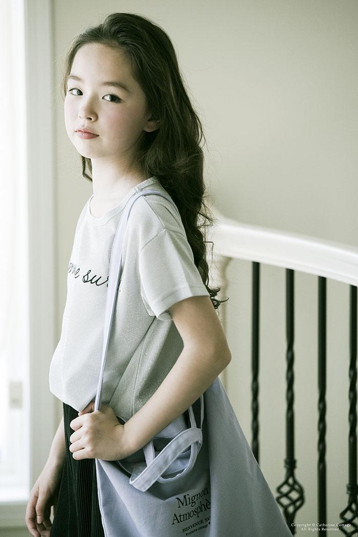 紺色のTシャツを着た女の子