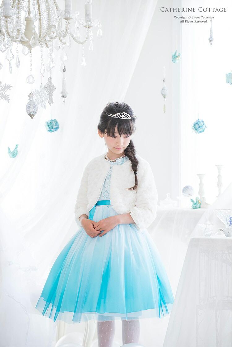 雪の女王ドレスを着た女の子