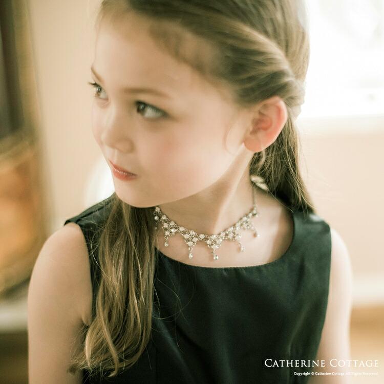 ネックレスをつけた女の子