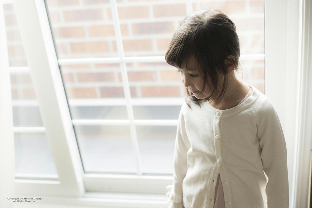 白いニットを着た女の子