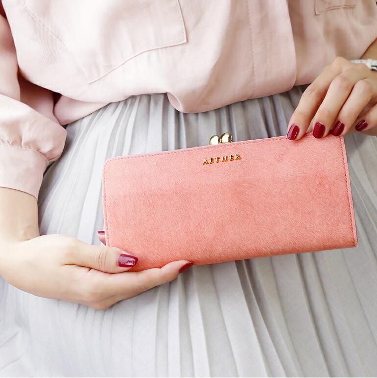 ピンクの財布を持っている画像